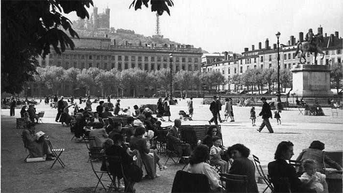 Robert Doisneau - Place Bellecour, Lyon 1950 / Atelier Robert Doisneau